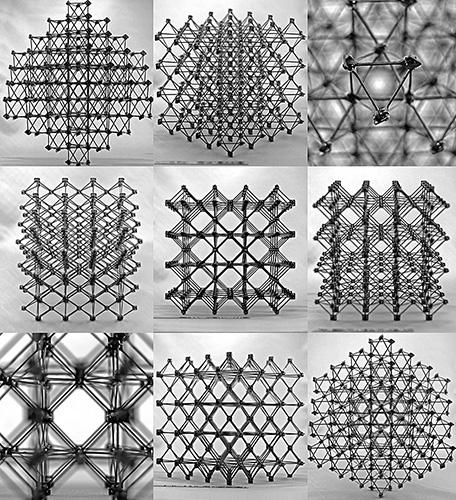 """Ensamblaje del material compuesto celular desde diferentes perspectivas, donde se muestra la estructura repetitiva de la red """"cuboct"""" formada por mucha pieza planas idénticas en forma de cruz. Foto cortesía de Kenneth Cheung"""