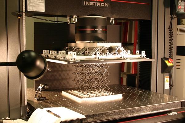 En el laboratorio, una muestra del material compuesto celular es preparado para las pruebas de sus propiedades de resistencia.  Foto cortesía de Kenneth Cheung